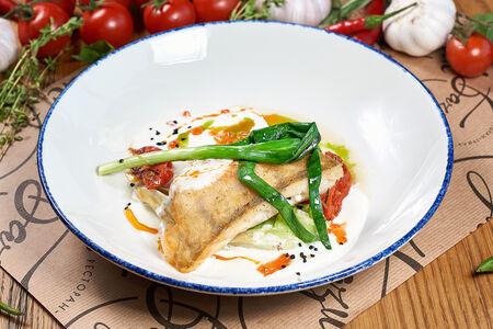 Филе судака с жареным салатом