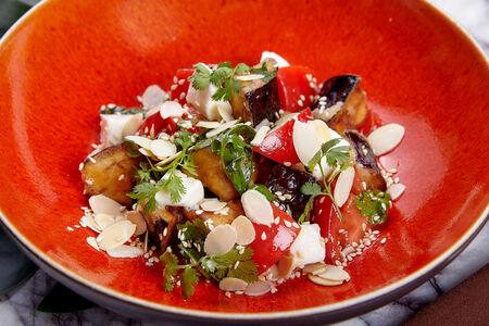 Салат с хрустящими баклажанами, томатами и кинзой