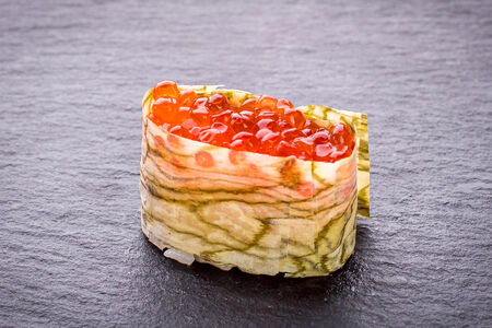Суши Хоккайдо гункан с красной икрой