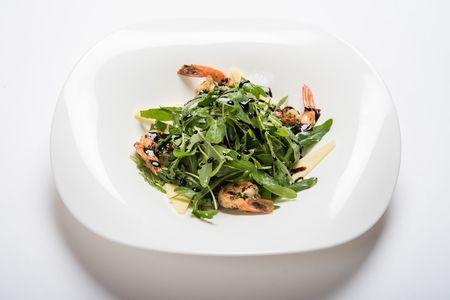 Салат руккола с тигровыми креветками