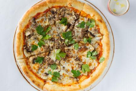 Пицца с рубленой говядиной и грибами