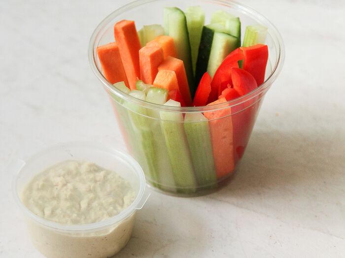 Стакан с овощами и хумусом
