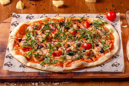 Пицца с креветками, беконом и рукколой