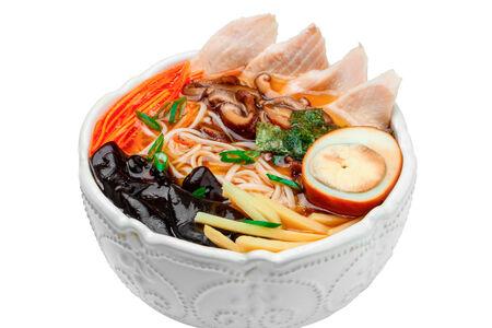 Суп рамэн с цыпленком, бамбуком и грибами