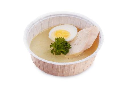 Легкий бульон с куриным филе, яйцом и сухариками