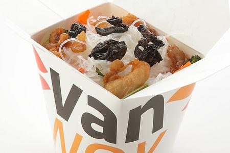 Рисовая лапша вок с креветками и кальмарами в соусе