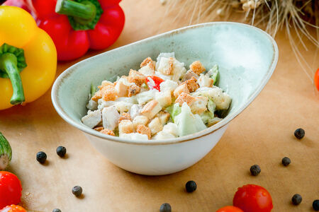 Салат с курицей и гренками
