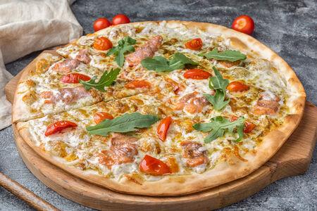 Пицца с лососем и соусом песто