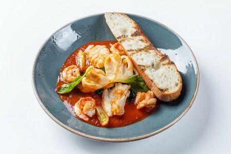 Морепродукты в томатном муссе с базиликом