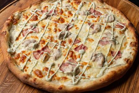 Пицца с цыпленком, беконом и соусом ранч