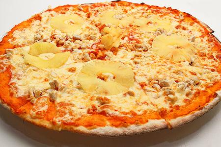 Пицца с куриным филе и ананасом