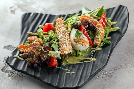 Салат Форель в кунжутной корочке с микс салатом