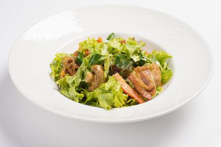 Рапинато пряный теплый салат с беконом, куриным филе и шампиньонами