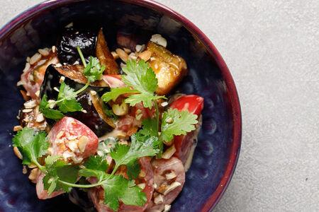 Салат с баклажанами вок и томатами