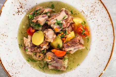 Бельгийский суп из бычьих хвостов с молодым картофелем и томатами