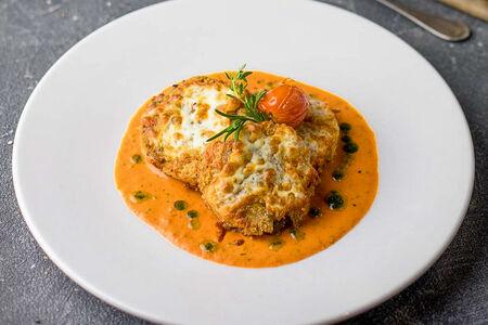 Говяжья вырезка в томатном соусе с сыром моцарелла