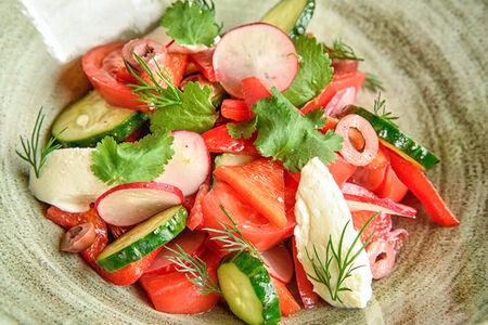 Салат Летние овощи с муссом из сливочного сыра