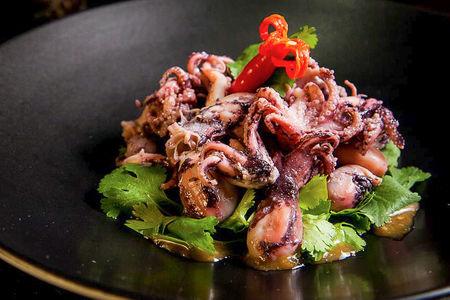 Мини-осьминоги с кинзой и кунжутным соусом