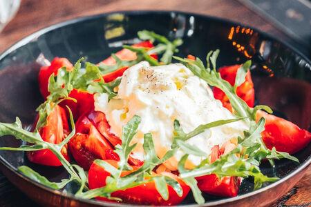 Сладкие узбекские помидоры со страчателлой и рукколой