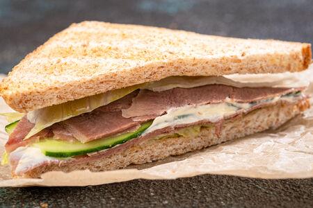 Сэндвич с говяжьим языком, соленым огурцом и горчично-сливочным соусом