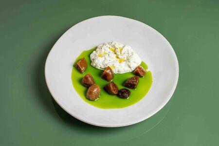 Салат со страчателлой и маринованным инжиром