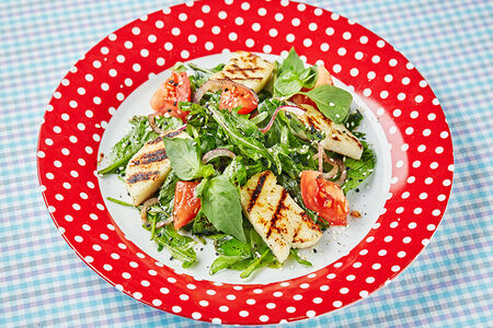 Салат с рукколой, шпинатом и жареным адыгейским сыром