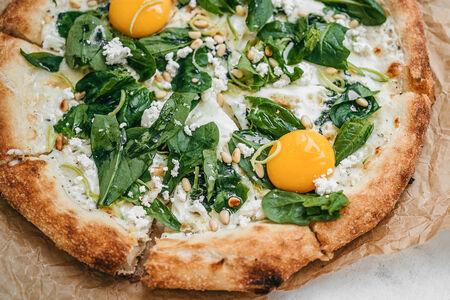 Пицца со шпинатом, рикоттой и яйцом