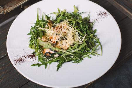 Черные спагетти с лососем в сливочном соусе
