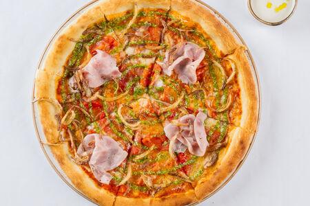 Пицца с ветчиной, томатами и кинзой