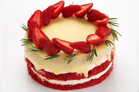 Торт Красный бархат с клубникой и розмарином