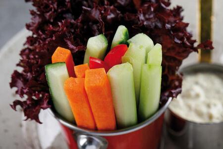 Свежие овощи стикс с соусом тартар