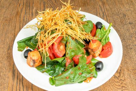 Теплый салат с лососем и томатной заправкой