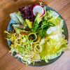 Фото к позиции меню Свежий салат с цукини и авокадо с соусом мисо-юдзу