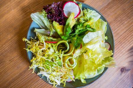 Салат Свежий с цукини и авокадо с соусом Мисо-юдзу