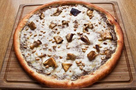 Пицца с соусом из черного трюфеля и белыми грибами