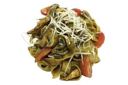 Феттуччине с курицей и грибами в соусе песто