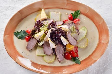 Салат с утиной грудкой и сыром бри