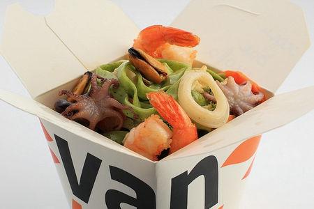 Шпинатная лапша вок с морепродуктами в соусе