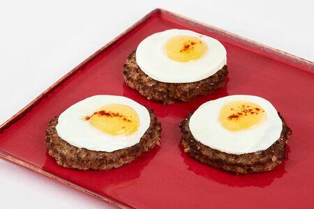 Бифштекс говяжий с яйцом