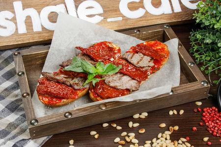 Брускетта с говядиной гриль и вялеными томатами