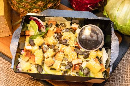Салат с тофу и ананасом