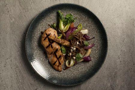 Стейк тунца с овощами