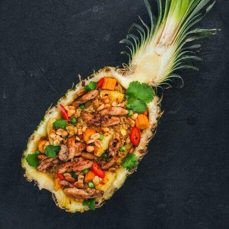 Рис по-тайски в ананасе с курицей