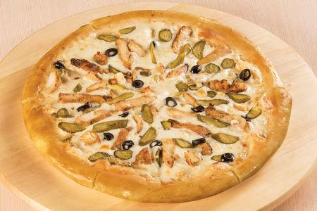 Пицца с курицей и корнишонами