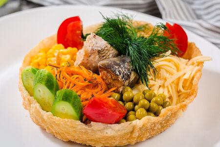 Шеф-салат с рубленым нежным тунцом