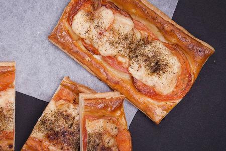 Планше с томатами и сыром