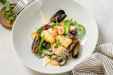 Салат с морепродуктами и жареным камамбером