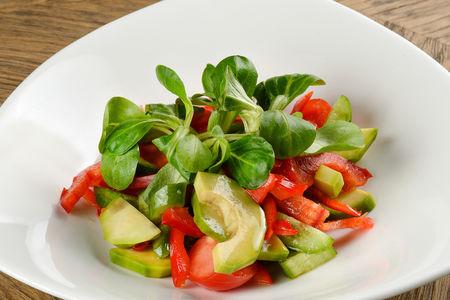 Салат из авокадо и бакинских овощей