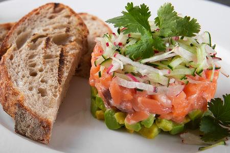 Севиче из лосося с авокадо и огурцом