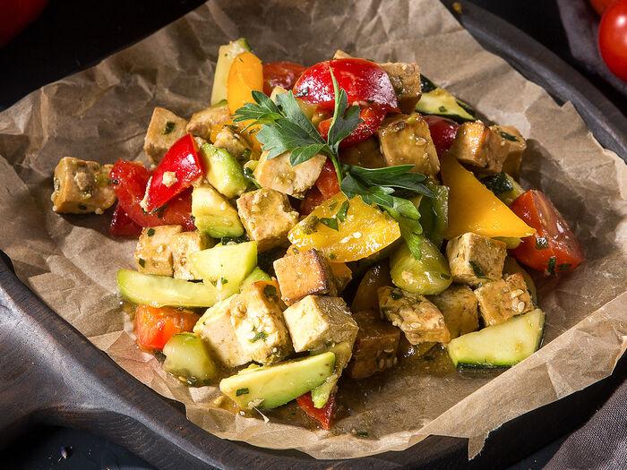 Салат Рататуй с тофу гриль и авокадо